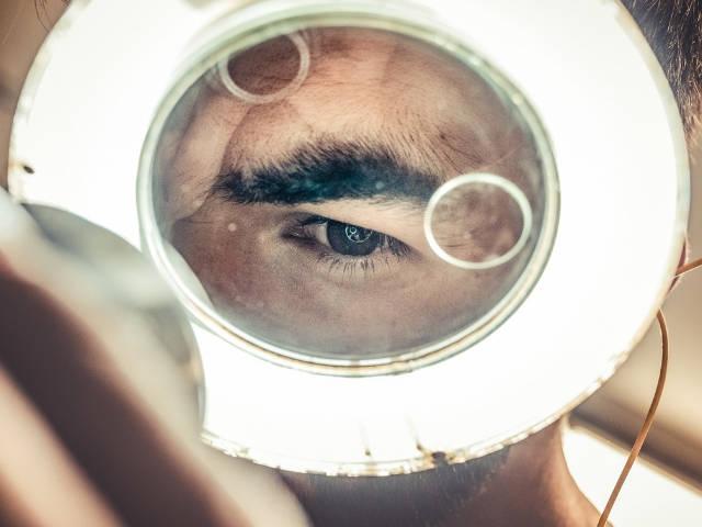 un homme regarde dans une loupe lumineuse