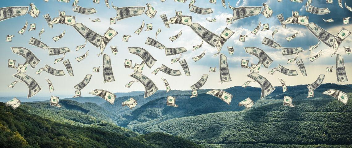 Des montagnes avec des billets de dollars dessus