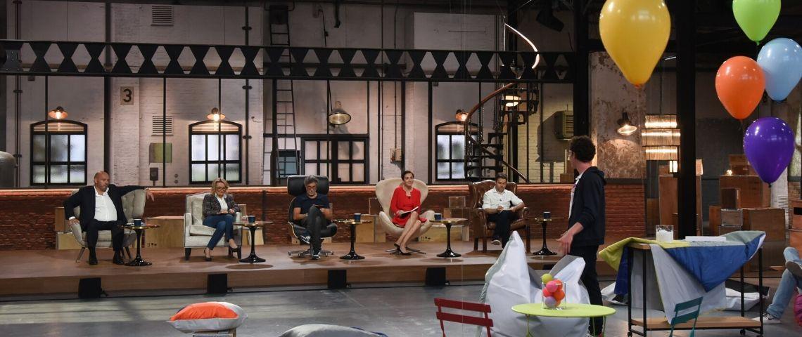 Un plateau de télé où est assis un jury face à des caméras