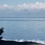 Un robot médite sur une plage devant la mer
