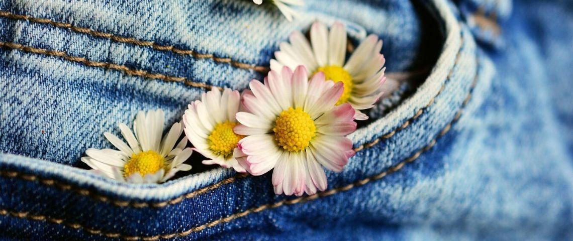 Jean avec des fleurs sortant de la poche