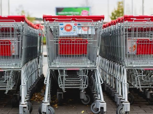Des chariots de supermarché