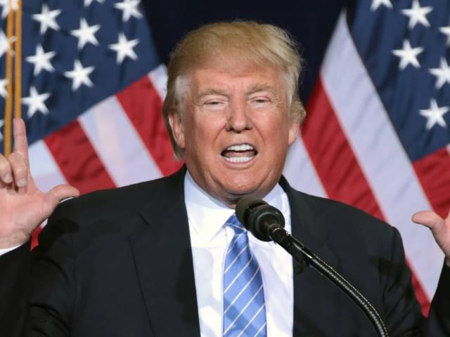 le président américain sur fond de drapeau étoilé.