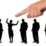 Hommes et femmes alignés, avec un doigt au dessus désignant celui qui a été séelctionné