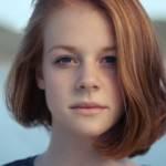 Gros plan sur la tête d'un adolescente rousse