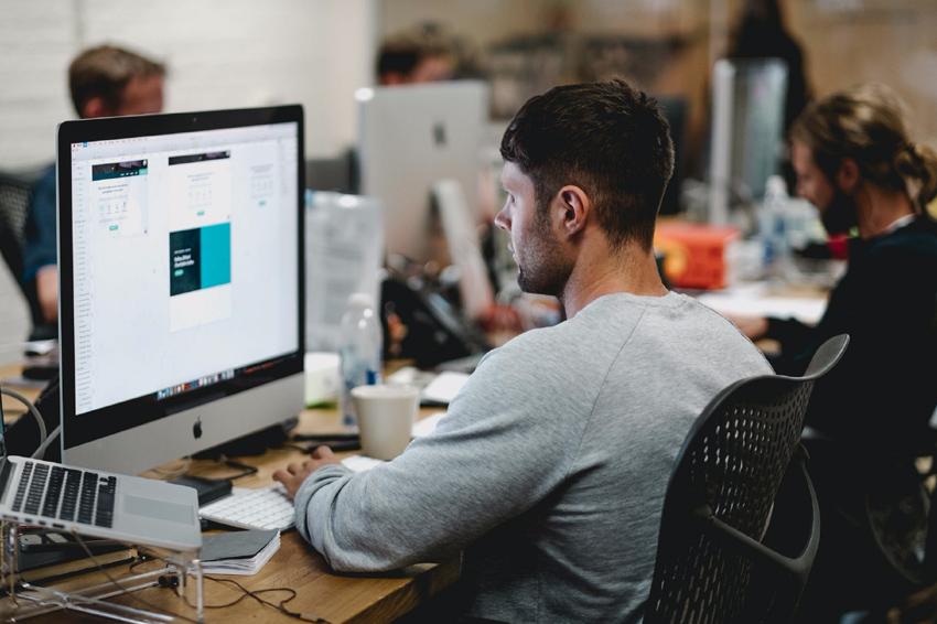 Un homme travaille devant un écran