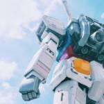 Un robot debout avec ciel bleu