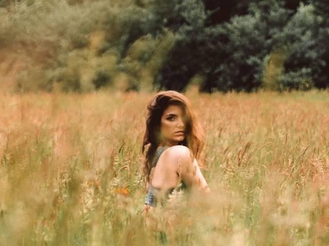Séance photo dans un champ