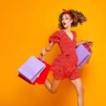 Une femme qui saute avec des sacs