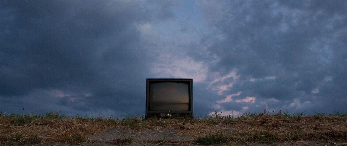 Une télé au milieu d'un champ