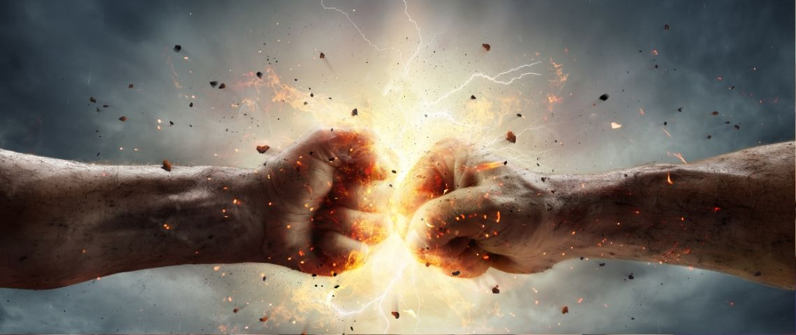 deux mains qui s'entrechoquent sur fond d'un ciel