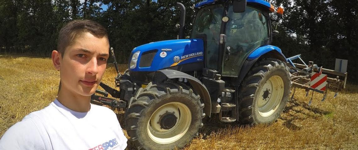 un jeune agriculteur se prend en selfie devant un tracteur