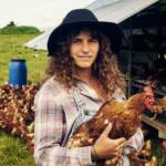 Une agricultrice avec un poulet dans les bras