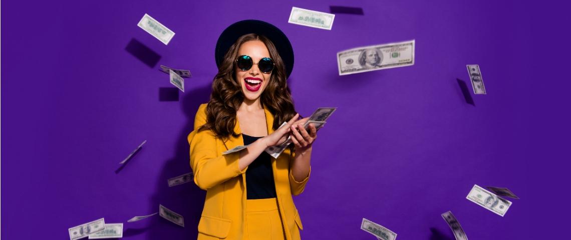une femme habillé en jaune qui disperse des billets de banque