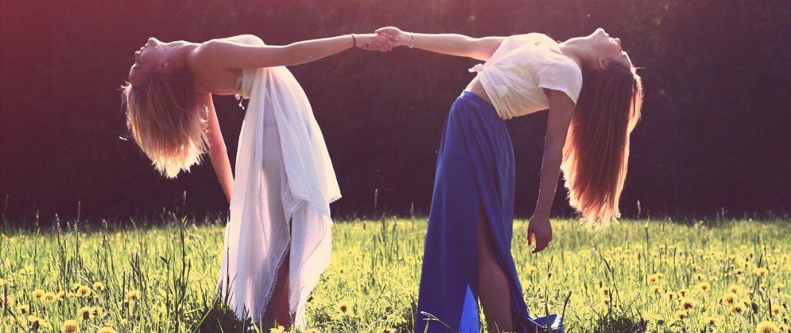 2 femmes se tenant la main