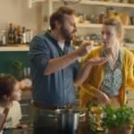 Famille faisant la cuisine