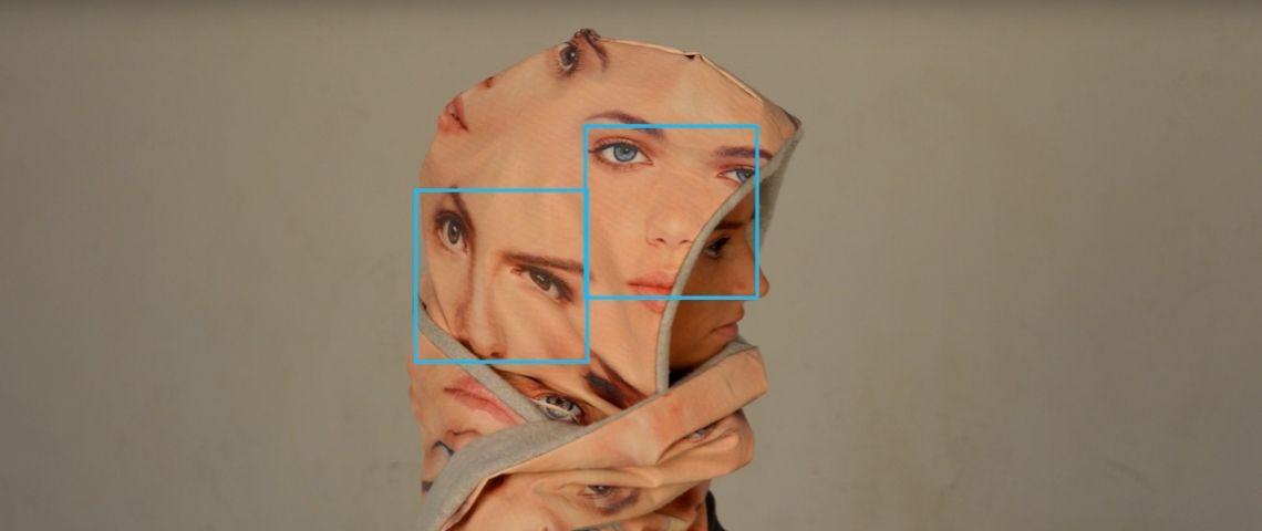 une capuche avec des visages pour se protéger de la reconnaissance faciale