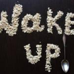 """Des céréales écrivant le mot """"wake up"""""""