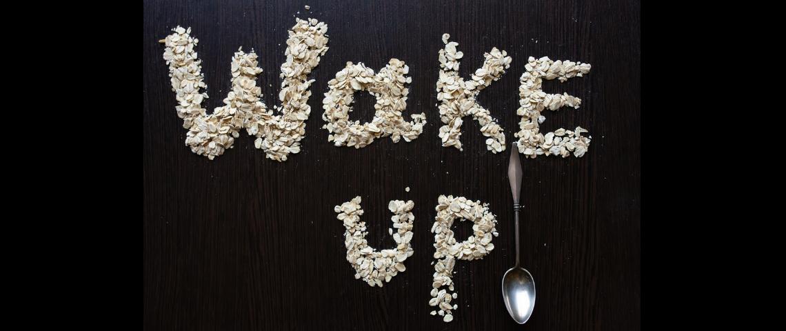 Des céréales écrivant le mot  - wake up -