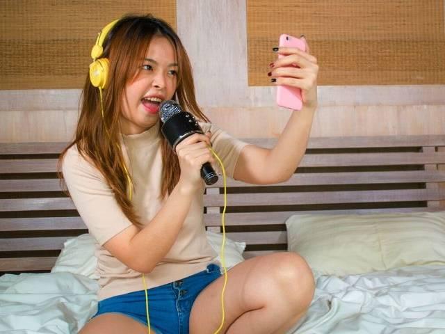 une adolescente sur un lit