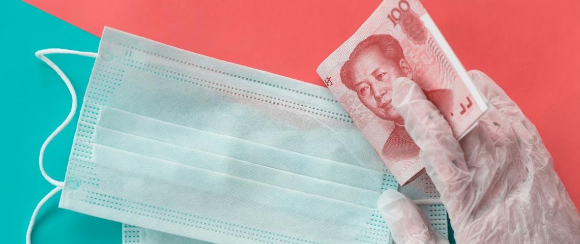 Un masque médical avec un billet chinois