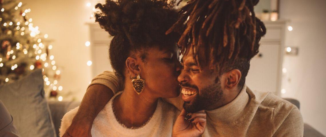une femme embrasse un homme sur la joue