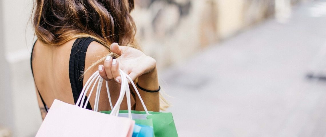 Femme faisant du shopping et tenant des sacs dans ses mains