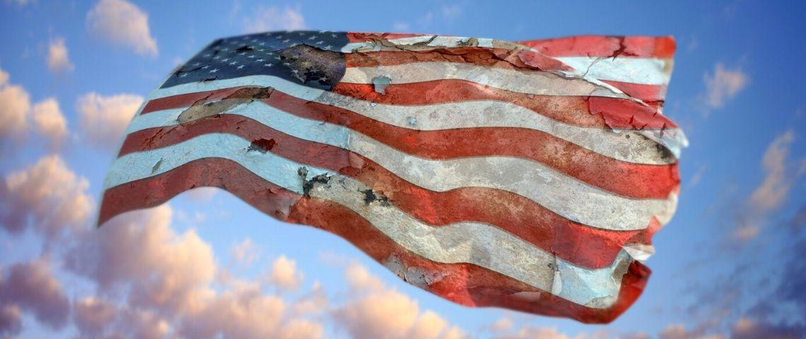 drapeau américain abimé qui flotte dans le ciel
