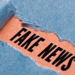 une feuille bleue déchirée qui révèle le mot fake news