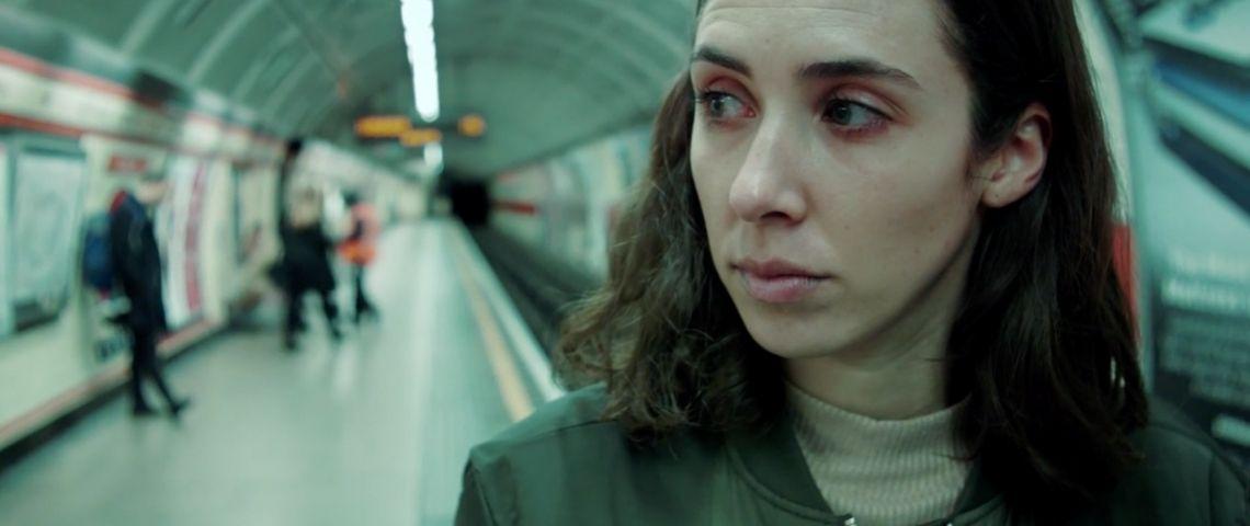 une femme aux yeux rougis dans le métro
