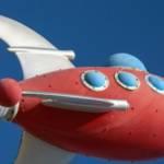 une fusée rouge sur ciel bleue