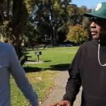 le journaliste Tristan Waleckx marche à côté du jardinier américain Dewayne Johnson