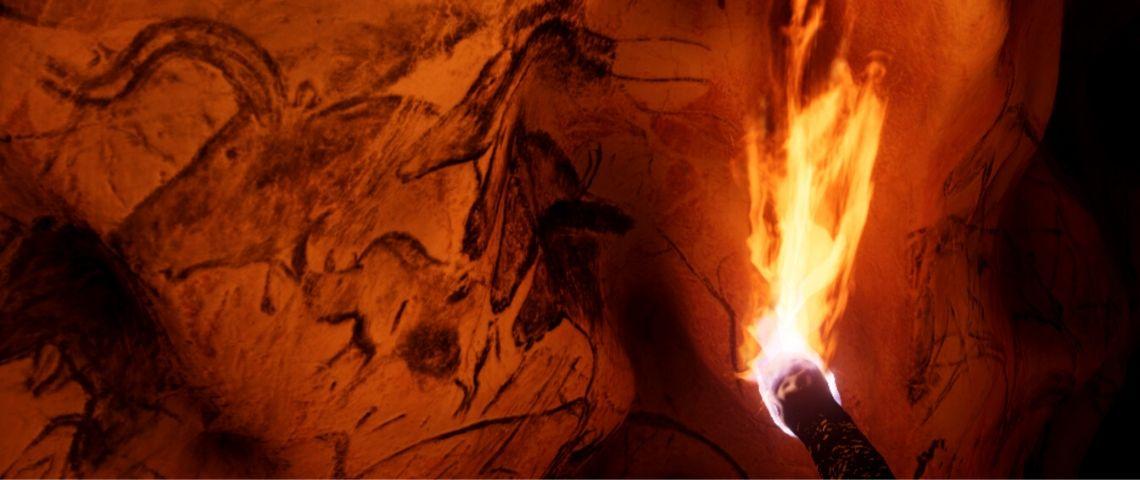 un mur de grotte avec des peintures