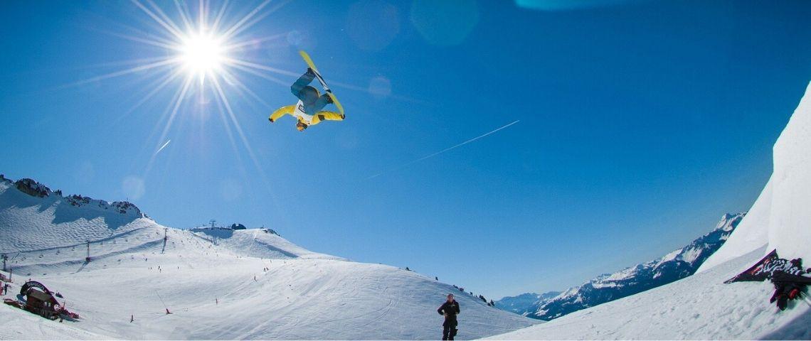 Personne faisant un saut en surf des neiges