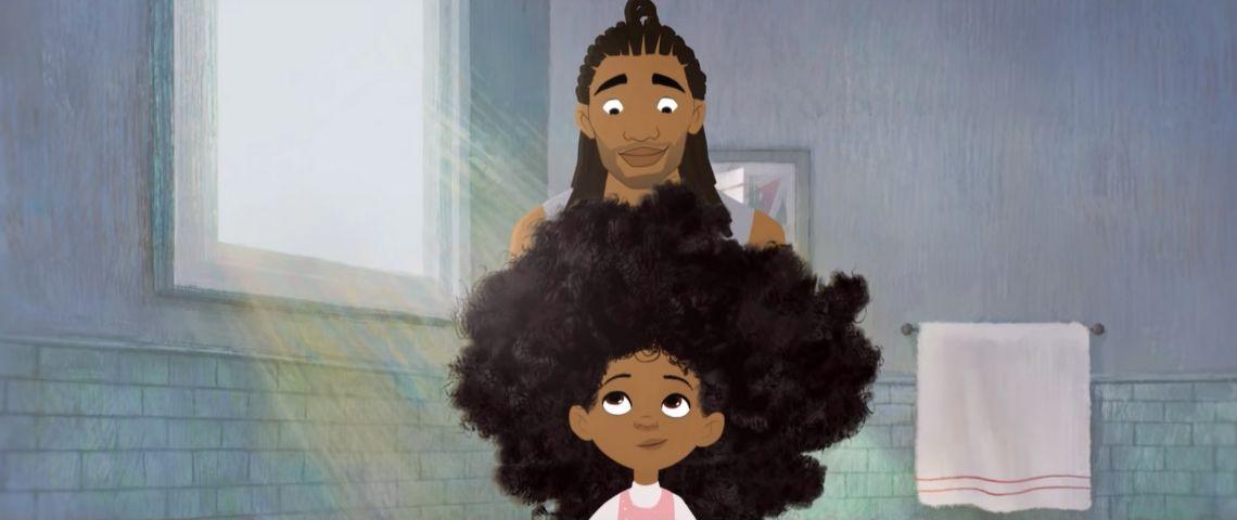 un père afro-américain tente de coiffer les cheveux de sa fille