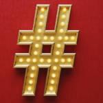 Un hashtag doré sur un fond rouge