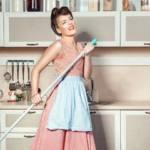 Une femme habillée comme dans les années 50 qui fait le ménage