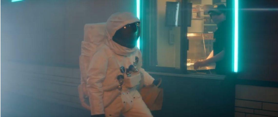 Cosmonaute venant prendre un menu au drive de MC Donalds