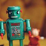 un petit jouet en forme de robot vert