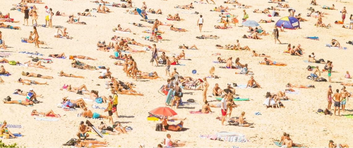 De nombreuses personnes sur une plage