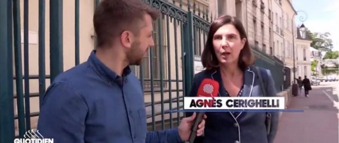 une femme interrogée par un journaliste