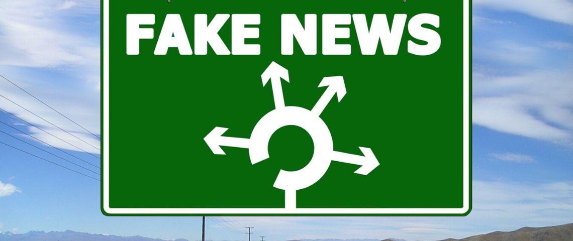 Panneau routier avec 3 directions pour aller vers les Fake News