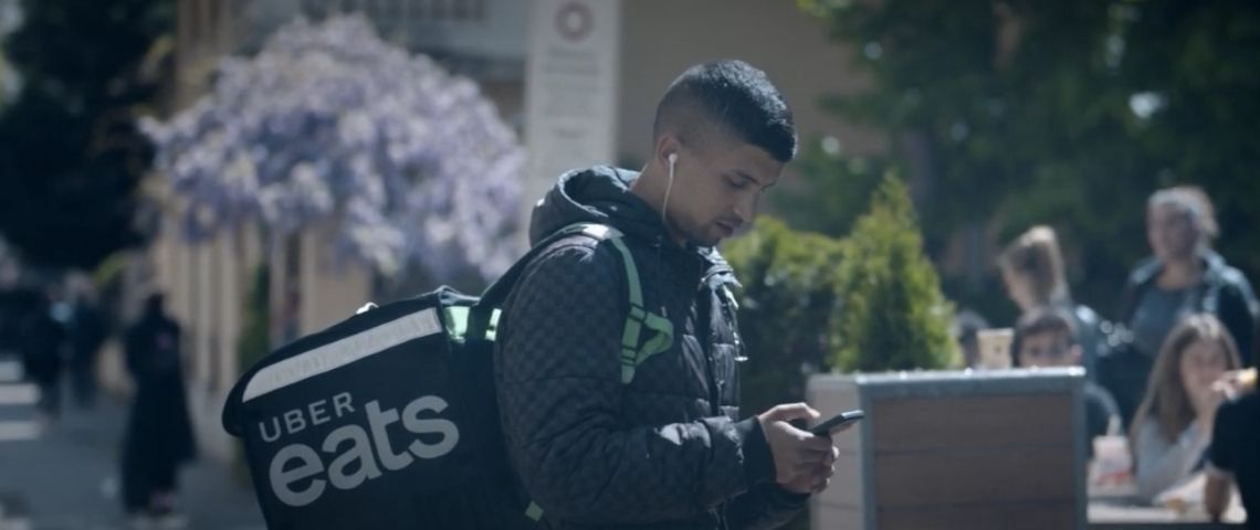 un jeune homme dans la rue tient son téléphone entre ses mains