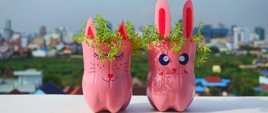 Des pots de fleurs en forme de lapin de rose