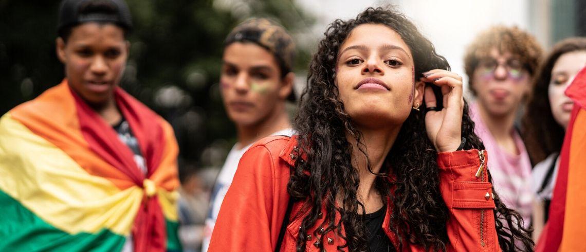 Jeunes à une manifestation regardent objectif