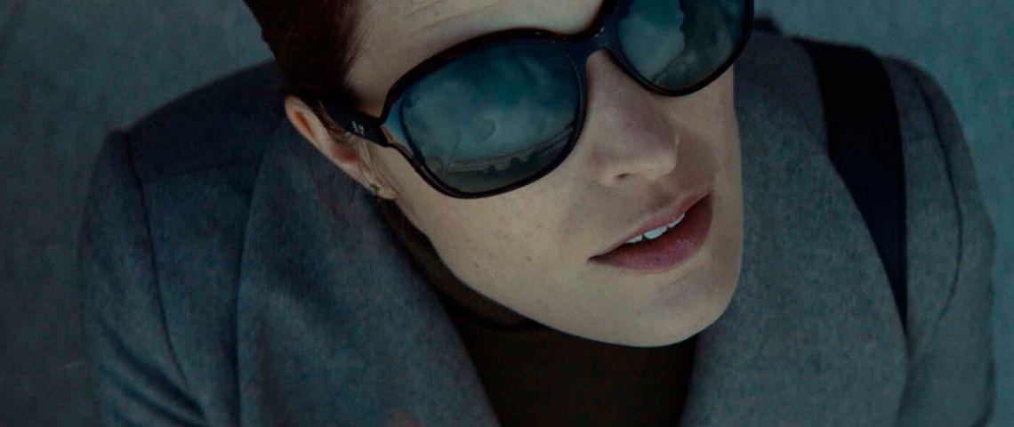 Femme portant des lunettes de soleil noires
