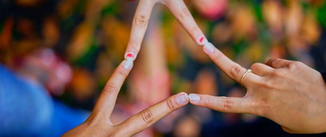 Des gens qui se rassemblent avec leurs mains