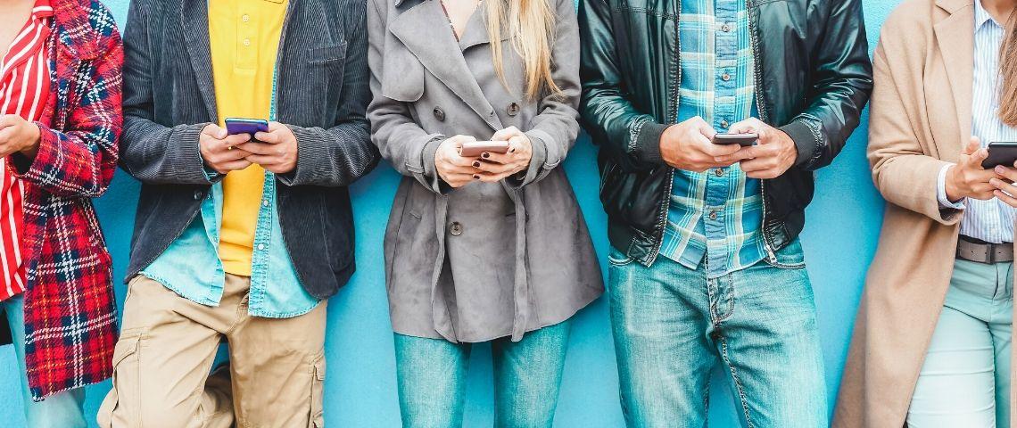 Des gens avec leurs téléphone