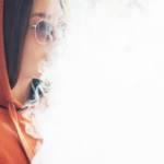 Une adolescente qui fume