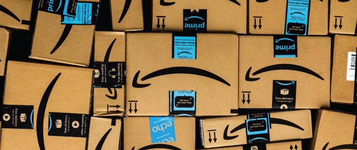 Une pile de cartons Amazon